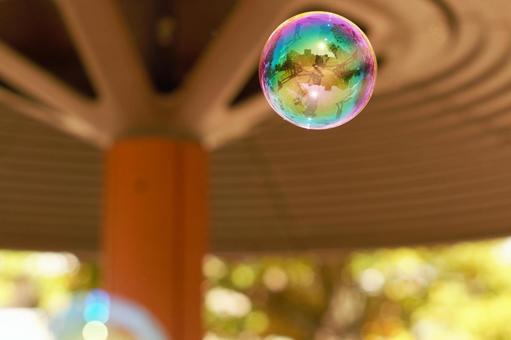 孩子们在温暖的公园玩肥皂泡在冬天