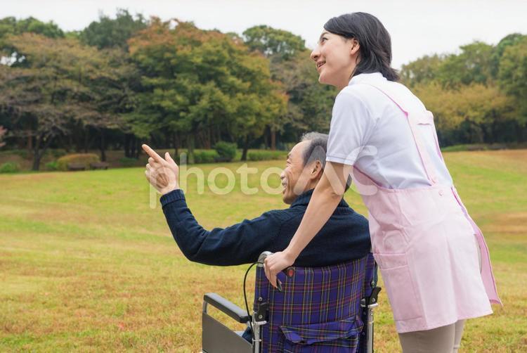 車椅子の男性と介護士13の写真