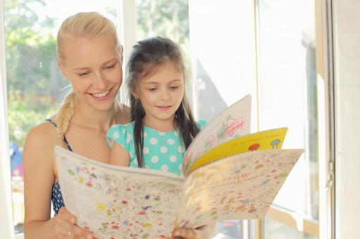 여자와 그림책을 읽는 원피스 여성 5