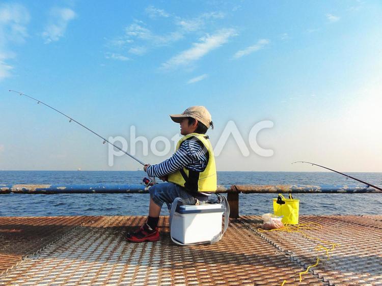 海釣りをする少年の写真