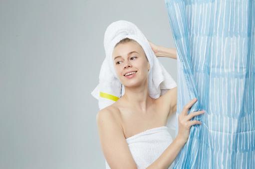 샤워 커튼과 여성 9