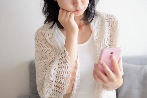 患有智能手機的女人的形象