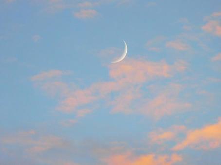 달과 저녁놀 구름