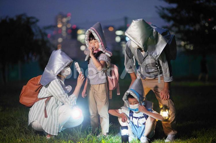 広場に避難してきた親子の写真