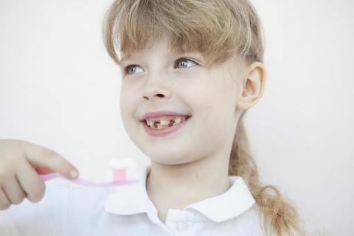 刷牙的女孩