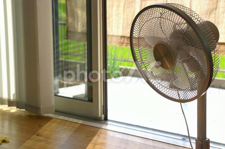 夏と縁側と扇風機の写真