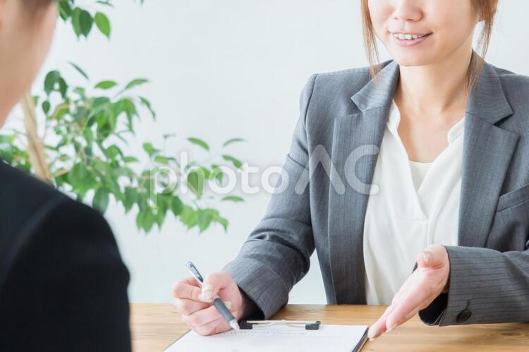 説明するビジネスウーマンの写真