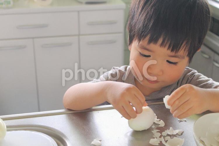 お手伝いする子供の写真