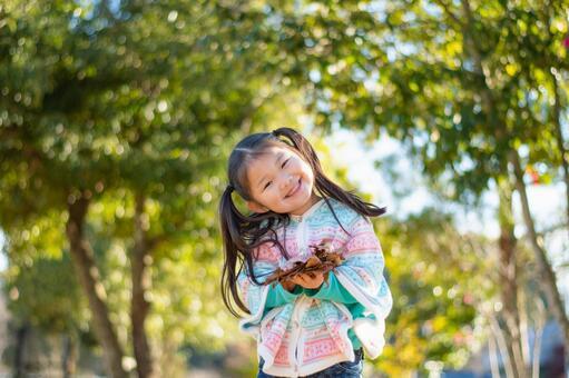 낙엽을 안고있는 아이