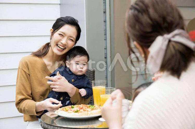 ママ会中の親子の写真