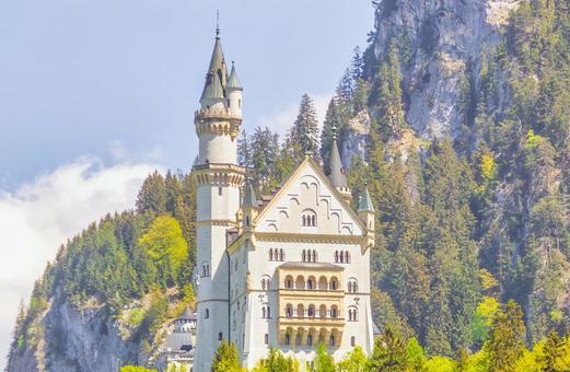 山表面上的一座古老的西方城堡