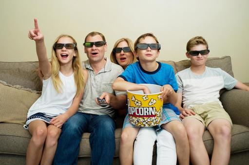 영화 감상하는 가족 7