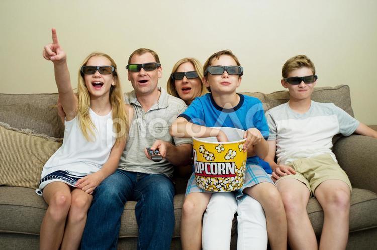 映画鑑賞する家族7の写真