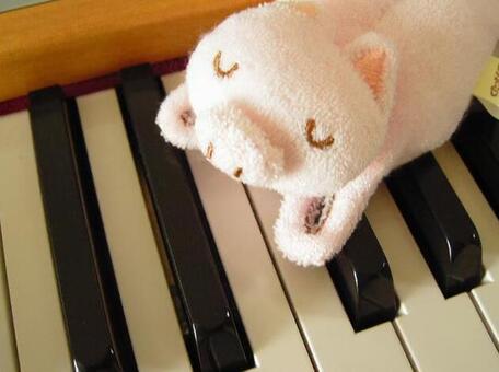 钢琴和毛绒玩具