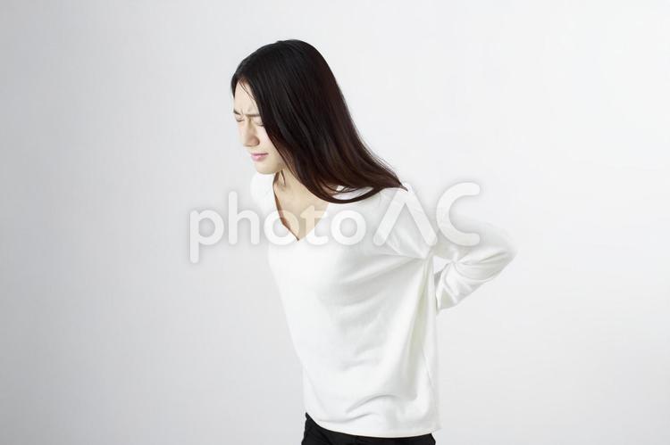 腰痛に悩む日本女性1の写真