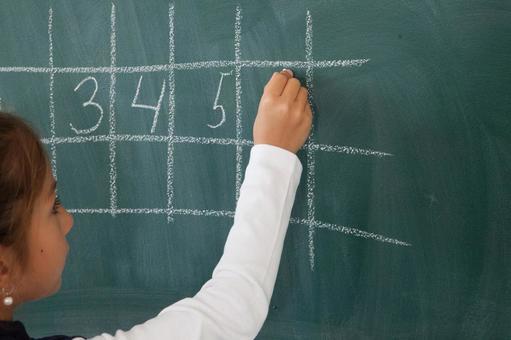 小学生12在黑板上写