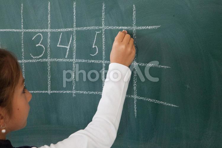 黒板に書く小学生12の写真