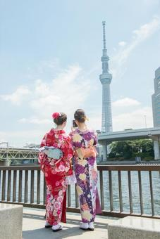 Women's Yukata taking pictures at the river side Foreign tourists 3
