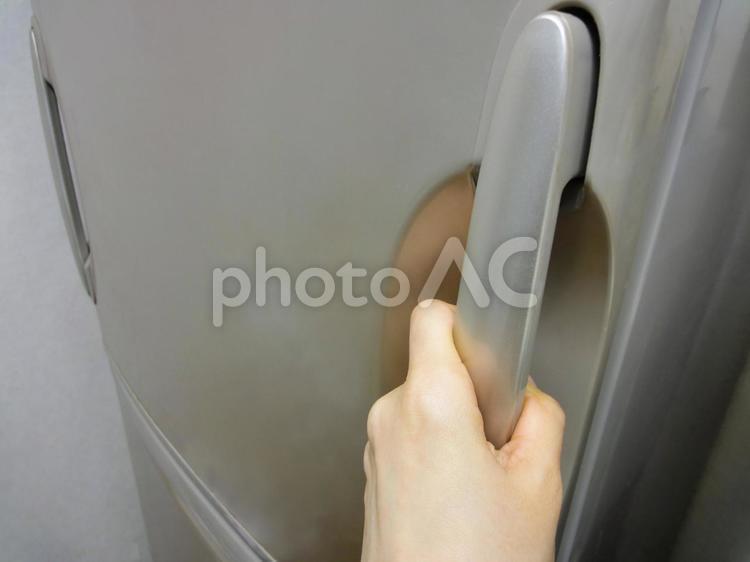 冷蔵庫を開けるところの写真