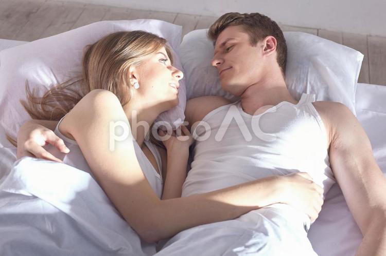 ベッドの中のカップル32の写真
