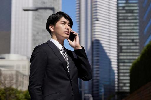 비즈니스 센터에서 전화를하는 일본인 남성 사업가