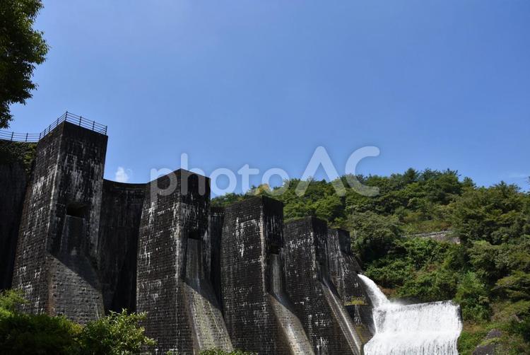 夏のダムと放水の写真