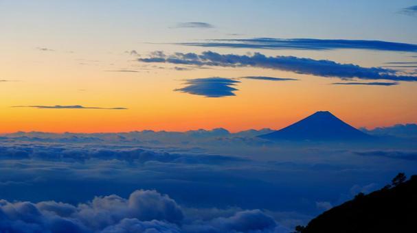 Asahi seen from Yatsugatake and Mt. Fuji floating in the sea of clouds