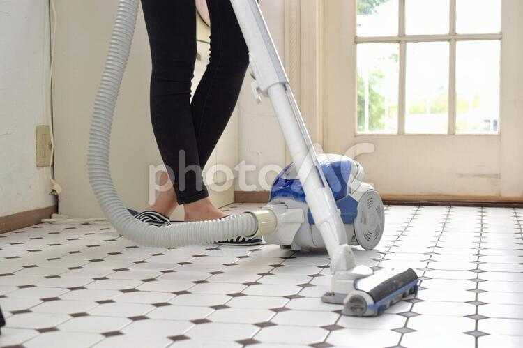 掃除機をかける女性の写真