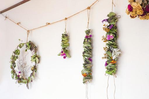 Making dried flowers_Eucalyptus garland