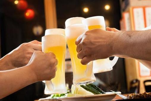 Image of toasting with beer at an izakaya (with frost)