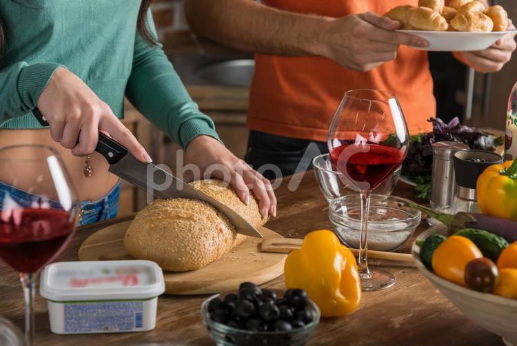 料理する外国人カップル44の写真