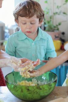 男孩看菜厨房1