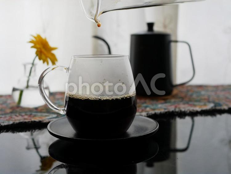 ドリップコーヒーを注ぐところの写真