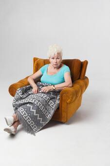 外國老婦1坐在沙發上