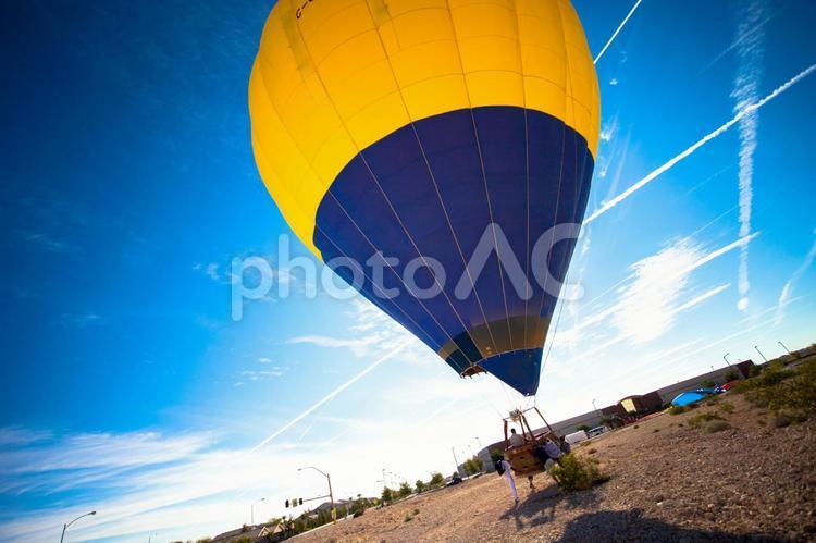 気球を飛ばそうとする人々2の写真