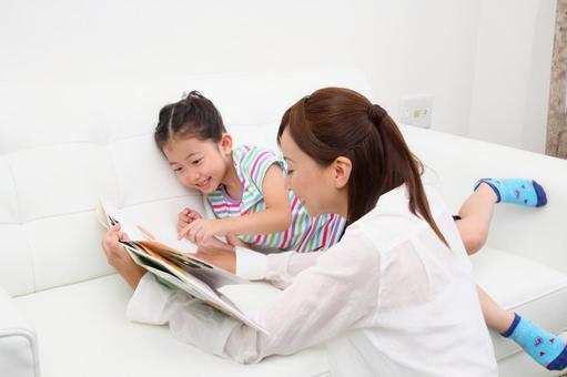 Parents reading picture books 4