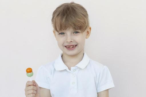 拿著糖果的女孩
