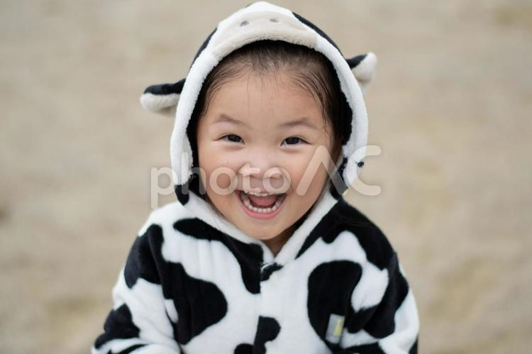牛柄の服を着た子供の写真