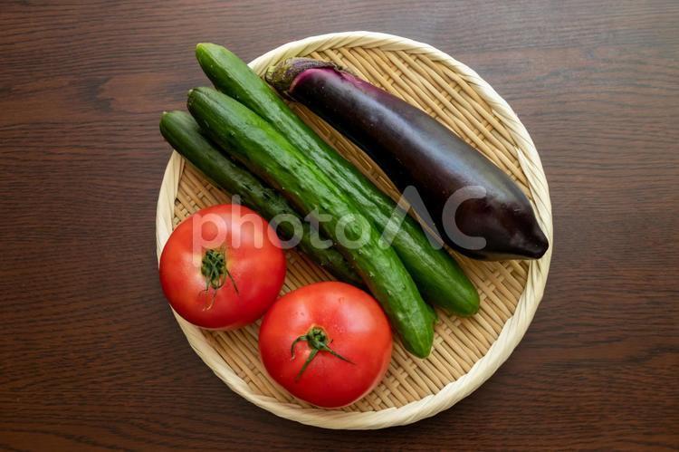 竹ザルに盛られた夏野菜の写真