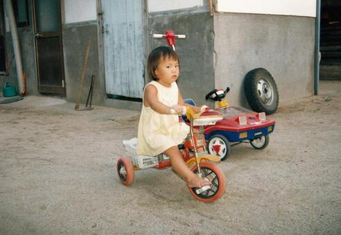 昔のフィルム写真 三輪車に乗る女の子