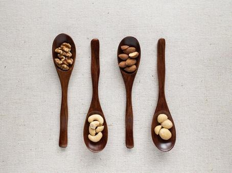 勺子上的4種堅果
