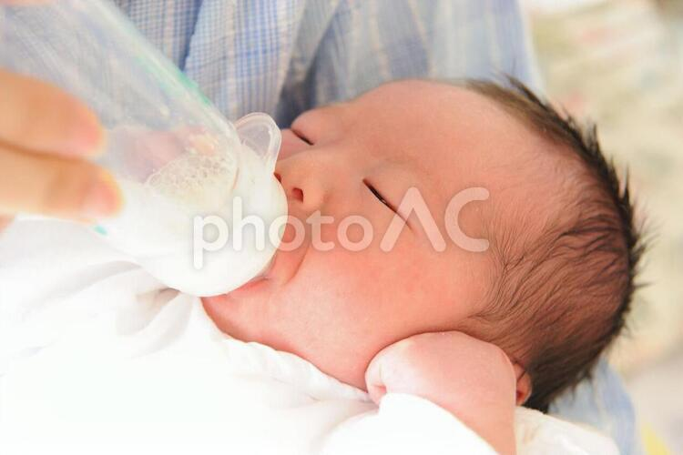 産まれたての赤ちゃん・授乳の写真
