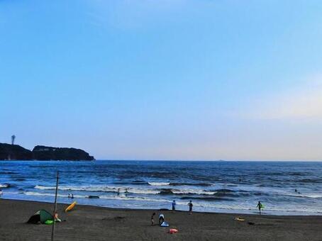 쇼난의 바다와 서핑을하는 사람들