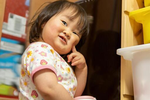 웃는 얼굴로 뺨 퉁퉁하는 아이 프리 소재 무료 소재 사진 이미지