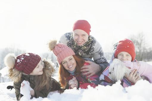 Family 10 lying down on the snow