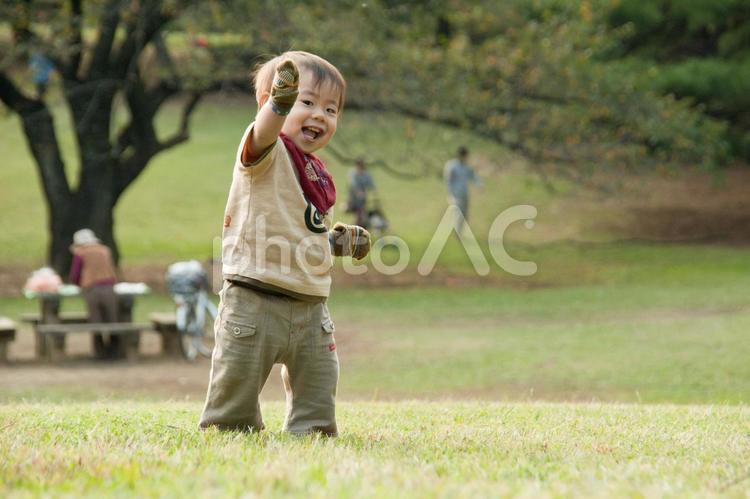 歩く練習をする赤ちゃんの写真