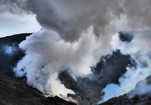 火山灰從火山口噴出