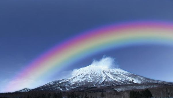 絶景の蝦夷富士に架かる七色の虹