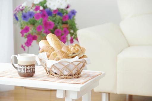 パンとコーヒーのあるリビングルーム