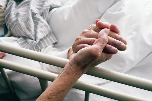 妻子握著患有晚期癌症的丈夫的手